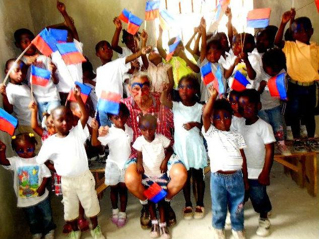 Kinder von Esmono mit Fähnchen